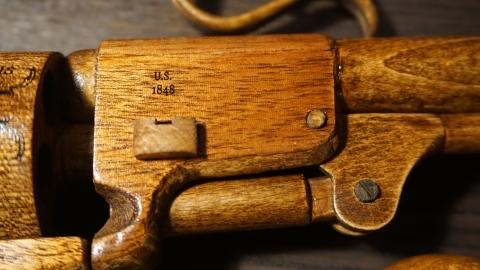 木で再現されたリボルバーの拳銃16
