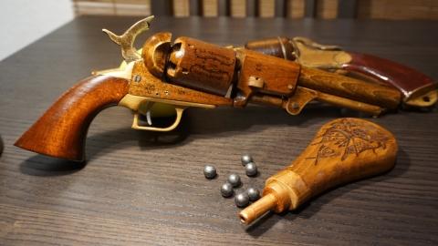 木で再現されたリボルバーの拳銃17