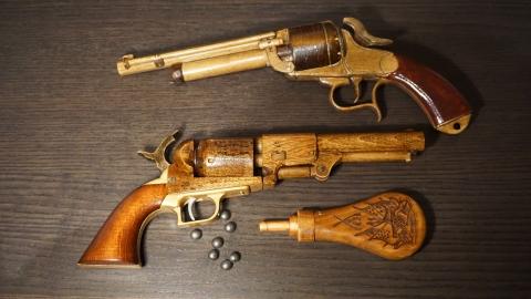 木で再現されたリボルバーの拳銃18