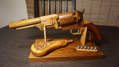 木で再現されたリボルバーの拳銃25