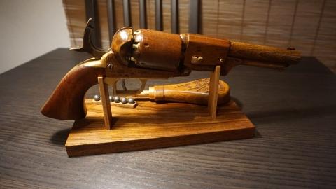 木で再現されたリボルバーの拳銃24
