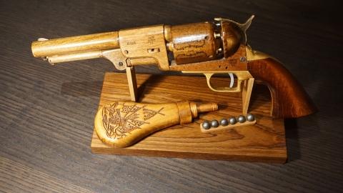 木で再現されたリボルバーの拳銃26