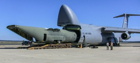 飛行機で輸送される物体01