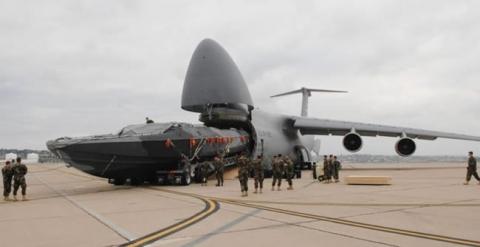 飛行機で輸送される物体06