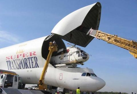 飛行機で輸送される物体09