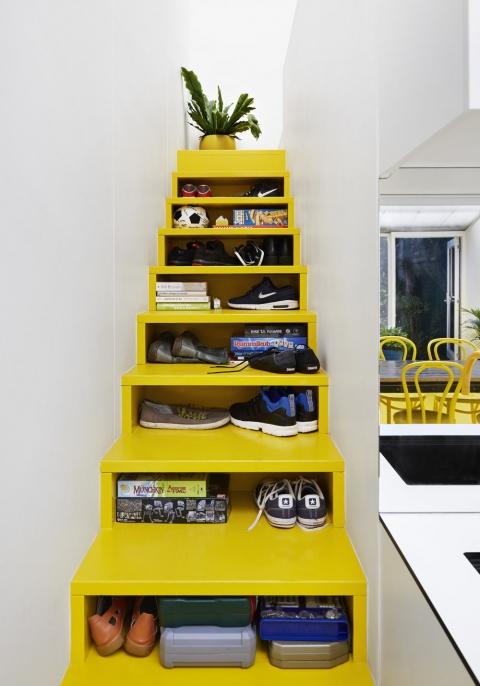 黄色い階段状のシェルフ02
