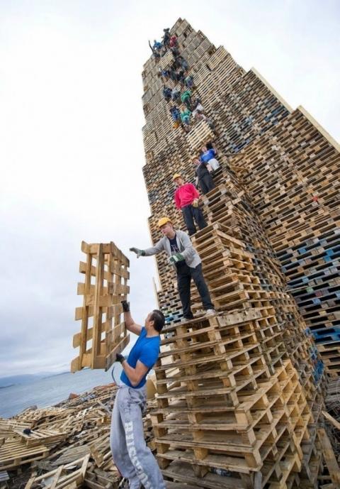 木製パレットを積んで燃やす02