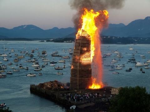木製パレットを積んで燃やす03