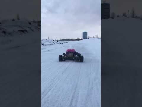 雪上でカートを運転する子供01