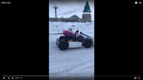 雪上でカートを運転する子供02