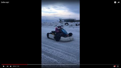 雪上でカートを運転する子供03