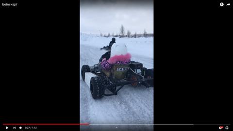 雪上でカートを運転する子供04