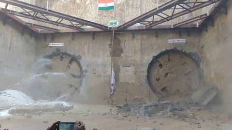 シールドマシーンが同時にトンネルを開通01