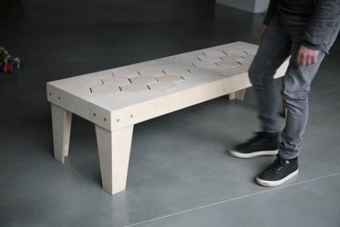 柔らかい木製のベンチ01