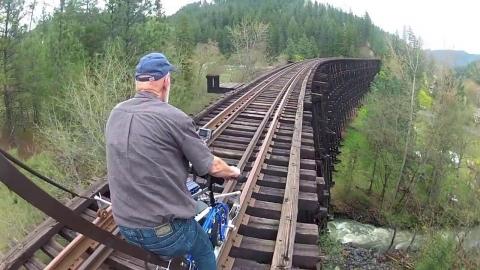 自転車で線路の上を走行01