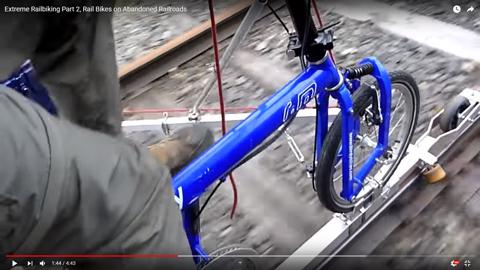 自転車で線路の上を走行04
