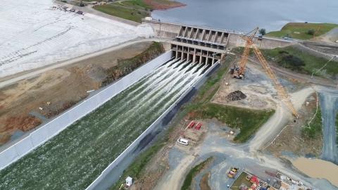 米国最大のダムの放水01