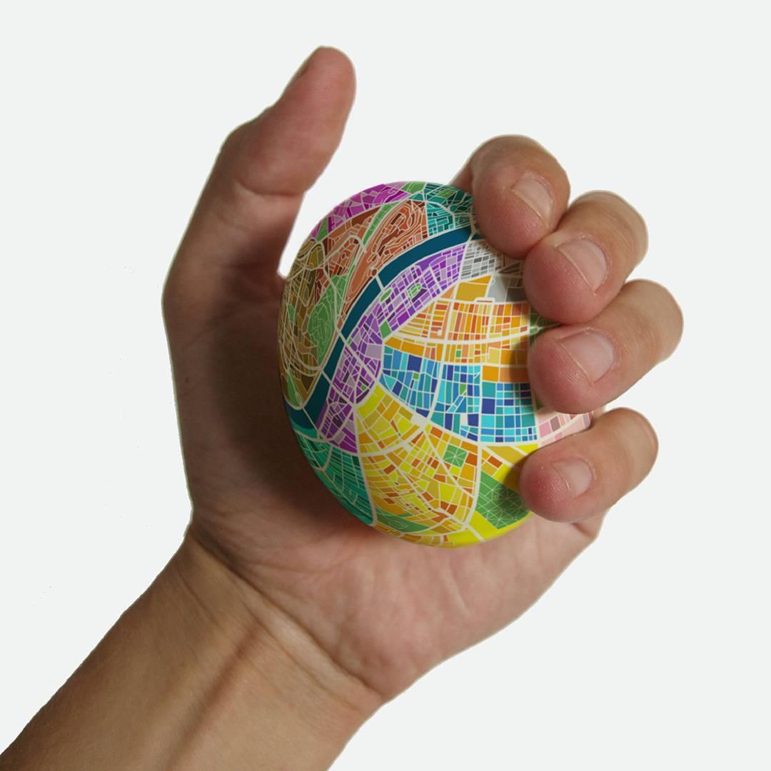 握ると拡大する!卵型の地図「Egg Map」が魅力的!!