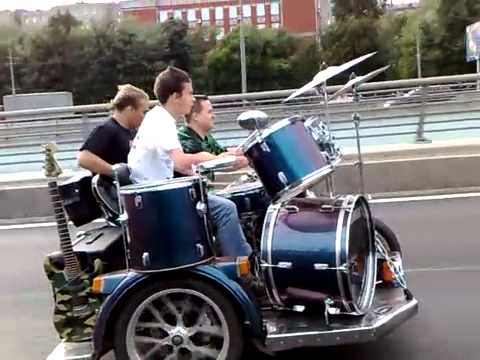 道路を走行しながら!演奏するバンド…