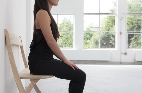 壁に立てかける椅子02
