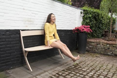 壁に立てかける椅子06