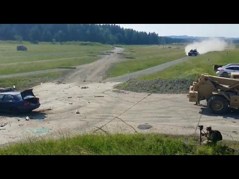 戦車が自動車に衝突01