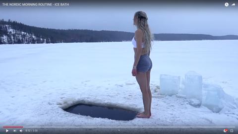 女性が凍った湖02