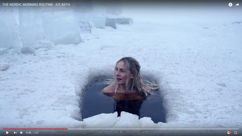 女性が凍った湖04