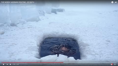 女性が凍った湖05