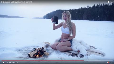 女性が凍った湖06