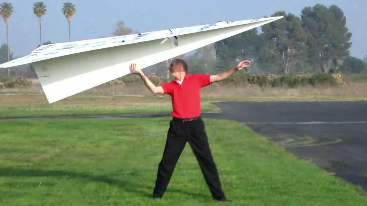 超巨大な!紙飛行機の型のラジコンが大空を飛ぶ!!