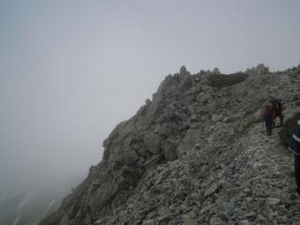 ずーっとこんな感じのガレた登山道190726
