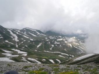 残雪と山肌のコントラストが美しい190726