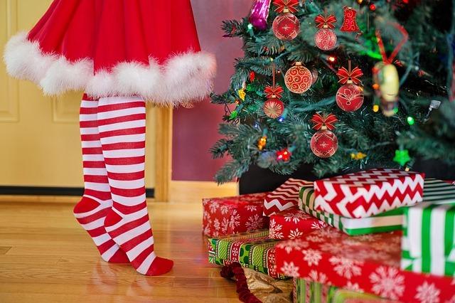 decorating-christmas-tree-2999722_640.jpg