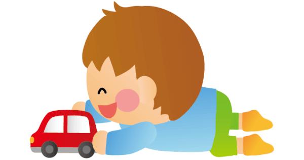 ミニカーでひとり遊びをしている男の子