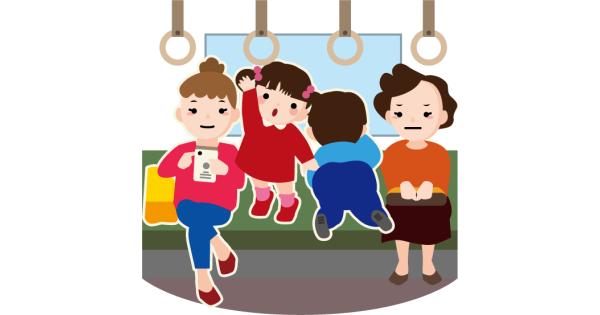 電車内で迷惑な行動をする子供と、スマホに夢中の母親