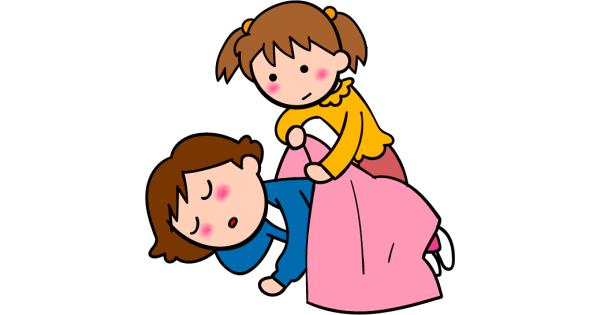 疲れて眠ってしまったお母さんに毛布を掛けてあげる女の子