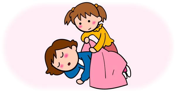 寝入ってしまったお母さんに毛布を掛けてあげる女の子