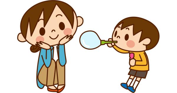シャボン玉をして遊ぶ子供を見守るお母さん