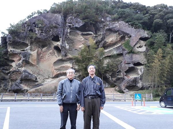 虫食い岩の前で
