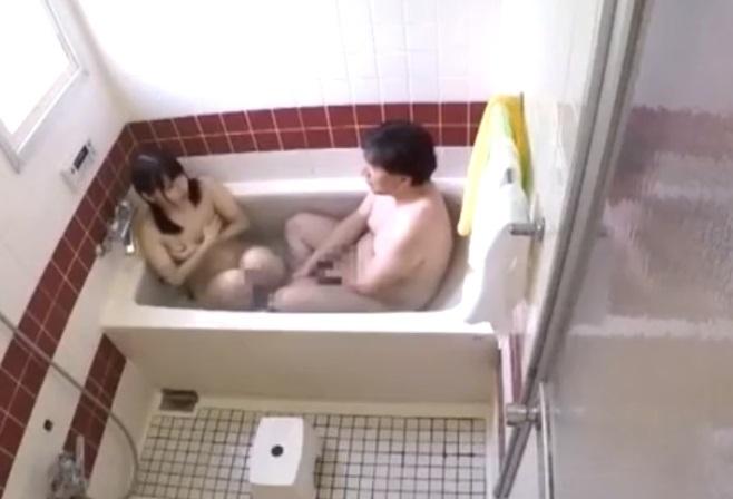 女子校生の娘と一緒にお風呂