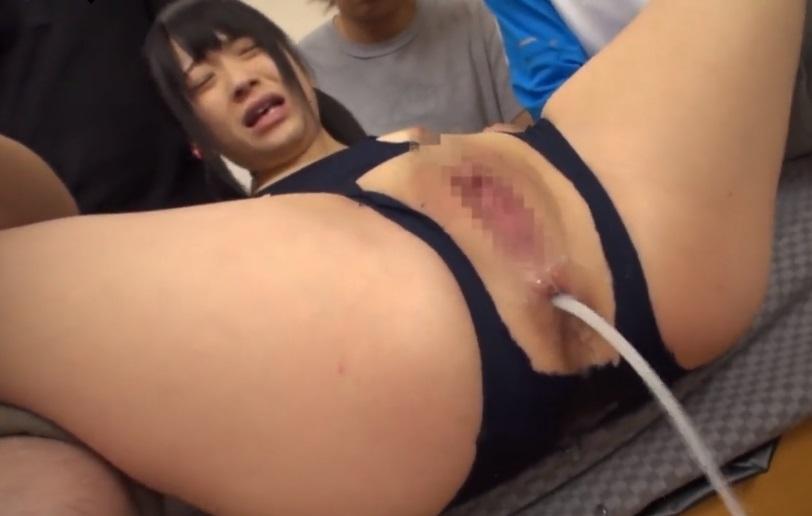 肛門から白濁液を噴射するスク水娘