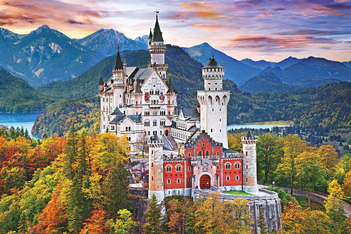 Schloss_Neuschwanstein_erleuchtet_im_Herbst.jpg