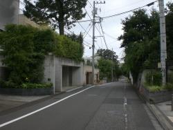 世田谷区岡本 尾根道沿いに豪邸が立ち並ぶ