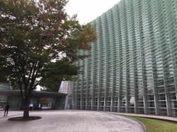 六本木 国立新美術館 ガラス板を使った壁面の建物1