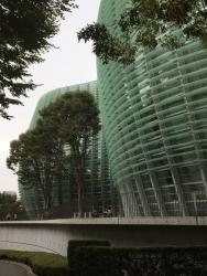 六本木 国立新美術館 ガラス板を使った壁面の建物2