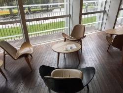 六本木 国立新美術館 椅子が一つ一つ違う