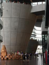 六本木 国立新美術館 奥にある2つの円錐JPG