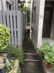 六本木ヒルズ さくら坂から見た「埋もれた階段」