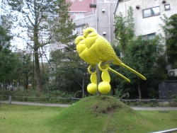赤坂サカスそばにある不思議な鳥
